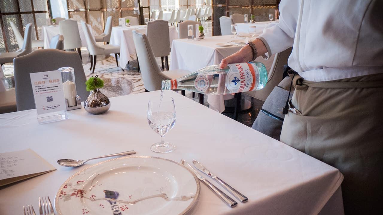 ※台北美福大飯店GMT義法餐廳服務生貼心地替客人倒上一杯水