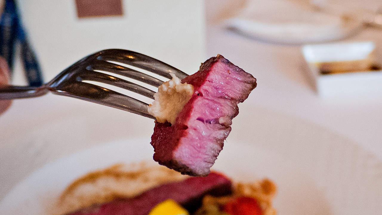 台北美福大飯店GMT義法餐廳的「美國特級牛小排佐經典肉汁」三分熟牛排