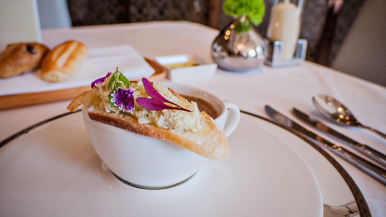 台北美福飯店GMT歐陸義法餐廳秋季蟹肉佐野菇奶油濃湯上的酥烤法國麵包佐手撕蟹肉與食用花